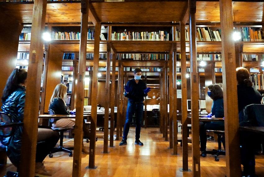 Visita guiada de Jaro Vargas en la biblioteca Tàpies